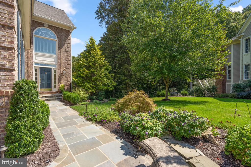 Exterior: Front walk w flagstone pavers - 20260 ISLAND VIEW CT, STERLING