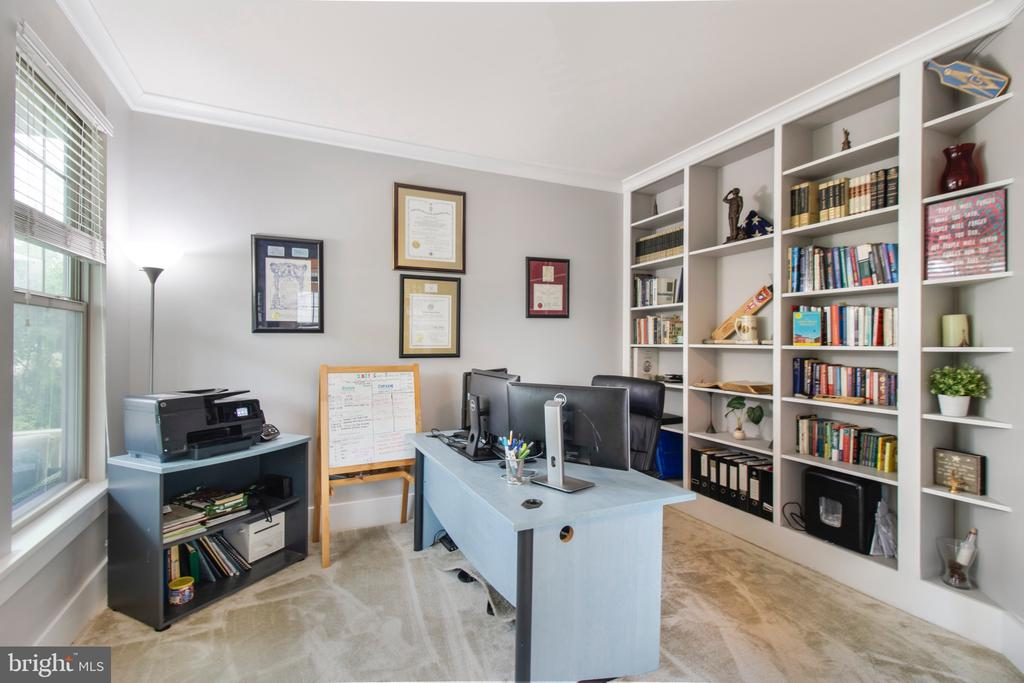 Office/sitting area w/built in shelving - 2440 POTOMAC RIVER BLVD, DUMFRIES