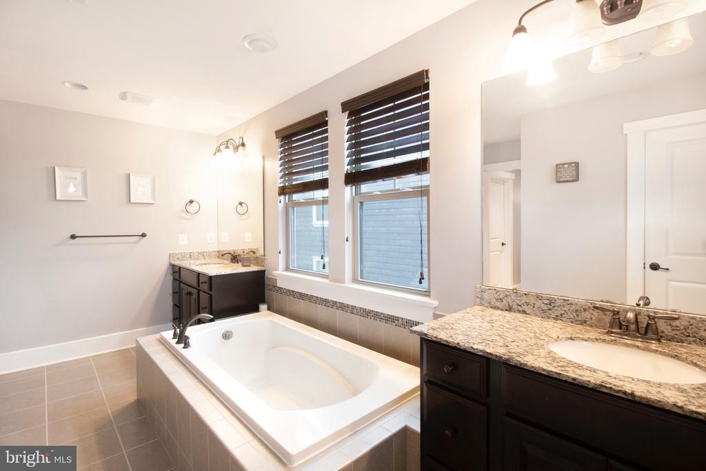 Primary bath w/dual separated sinks - 2440 POTOMAC RIVER BLVD, DUMFRIES