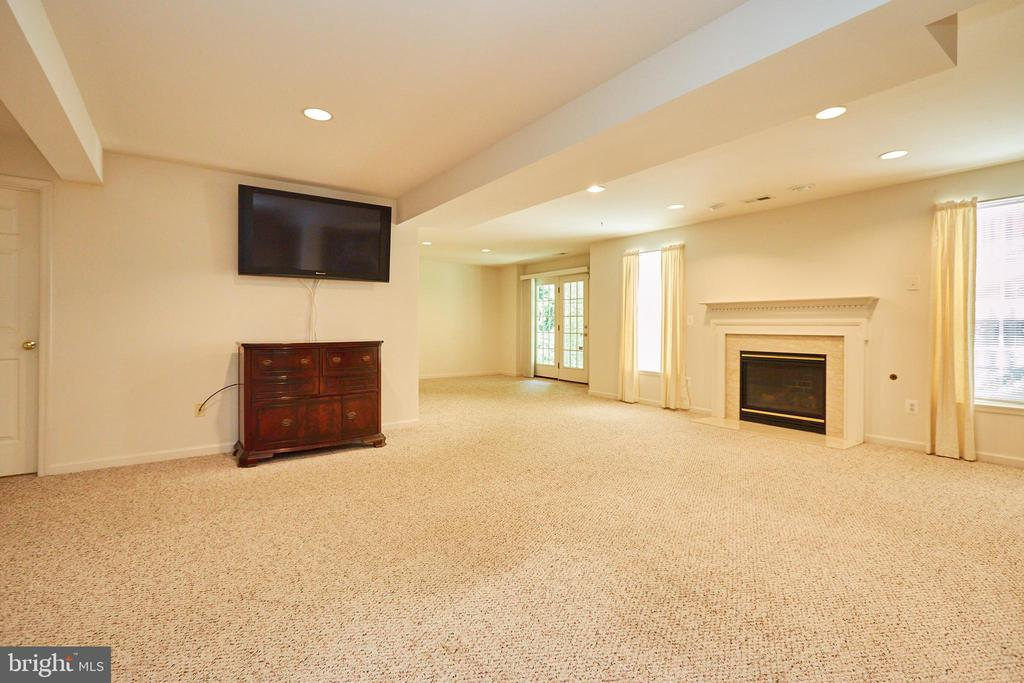 Large recreational room with a gas fireplace - 619 BRECKENRIDGE WAY, SHENANDOAH JUNCTION