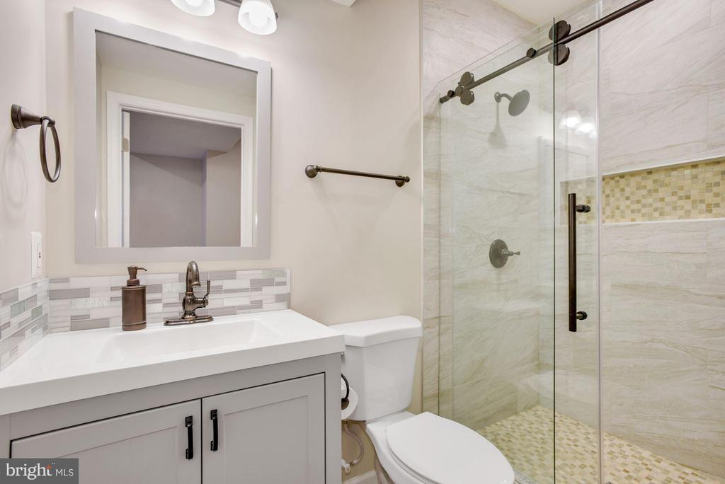 Bathroom in Lower Level Apartment - 41192 BLACK BRANCH PKWY, LEESBURG