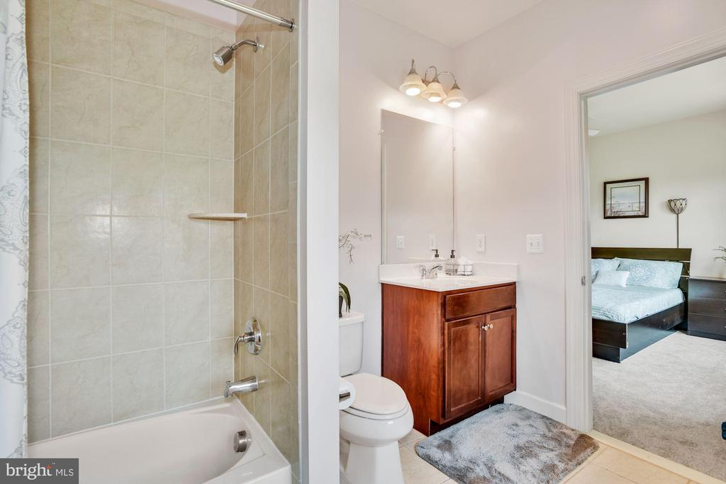 Jack and Jill Bath Servicing Bedrooms 2 and 3 - 41192 BLACK BRANCH PKWY, LEESBURG