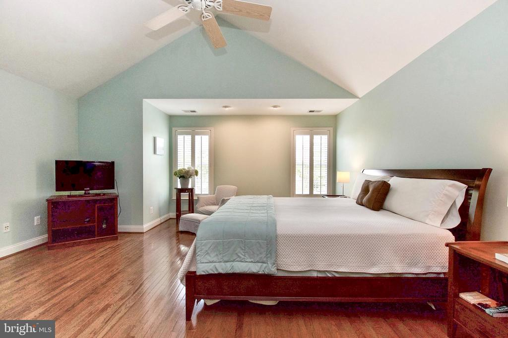 Beautiful Cathedral Ceiling adds to spaciousness - 25659 TREMAINE TER, CHANTILLY