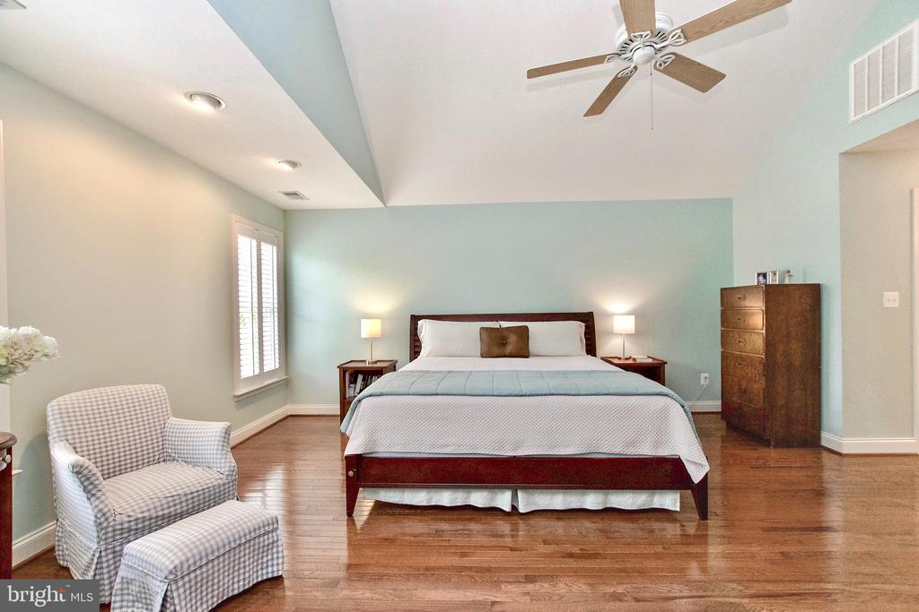 Hardwood floors, His/Hers closets, ensuite Bath - 25659 TREMAINE TER, CHANTILLY