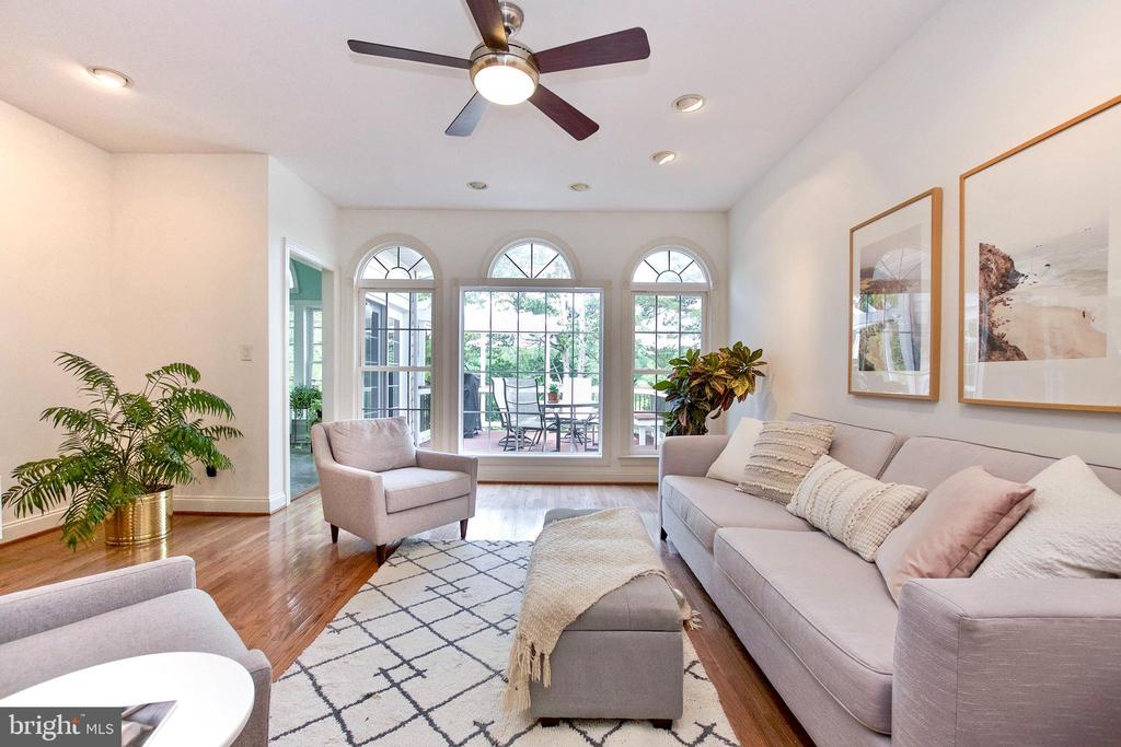 Wall of gorgeous windows in spacious Family Room - 25659 TREMAINE TER, CHANTILLY