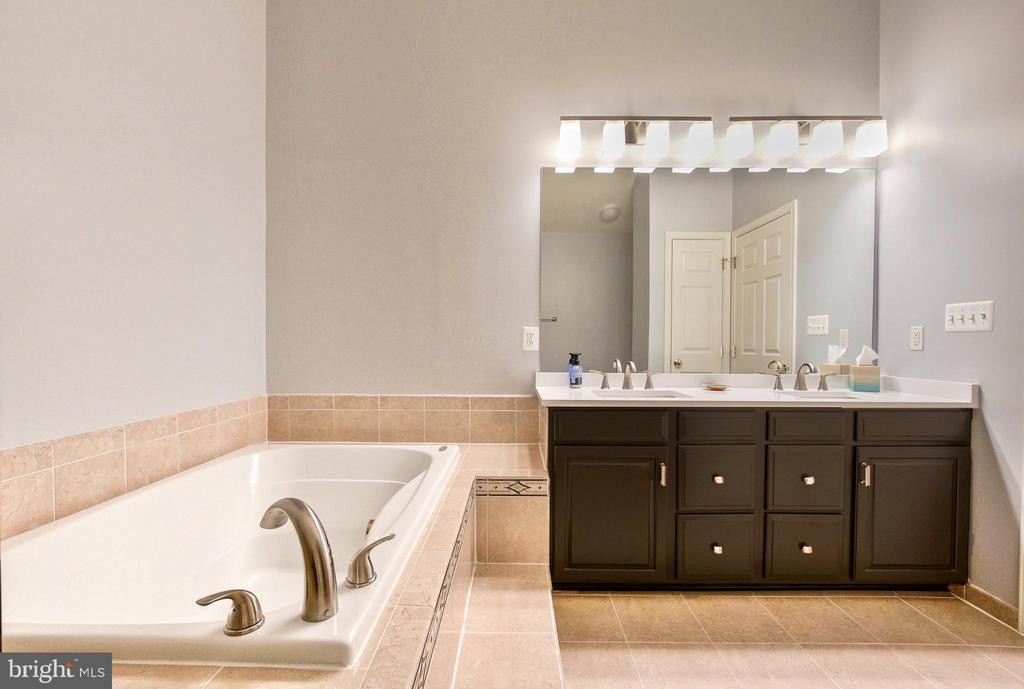 Primary Bath has soaking tub and upgraded tile - 25659 TREMAINE TER, CHANTILLY