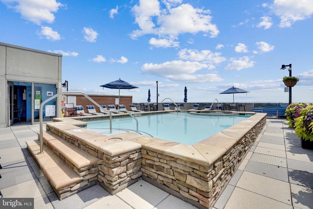 Rooftop Pool Deck - 1021 N GARFIELD ST #621, ARLINGTON