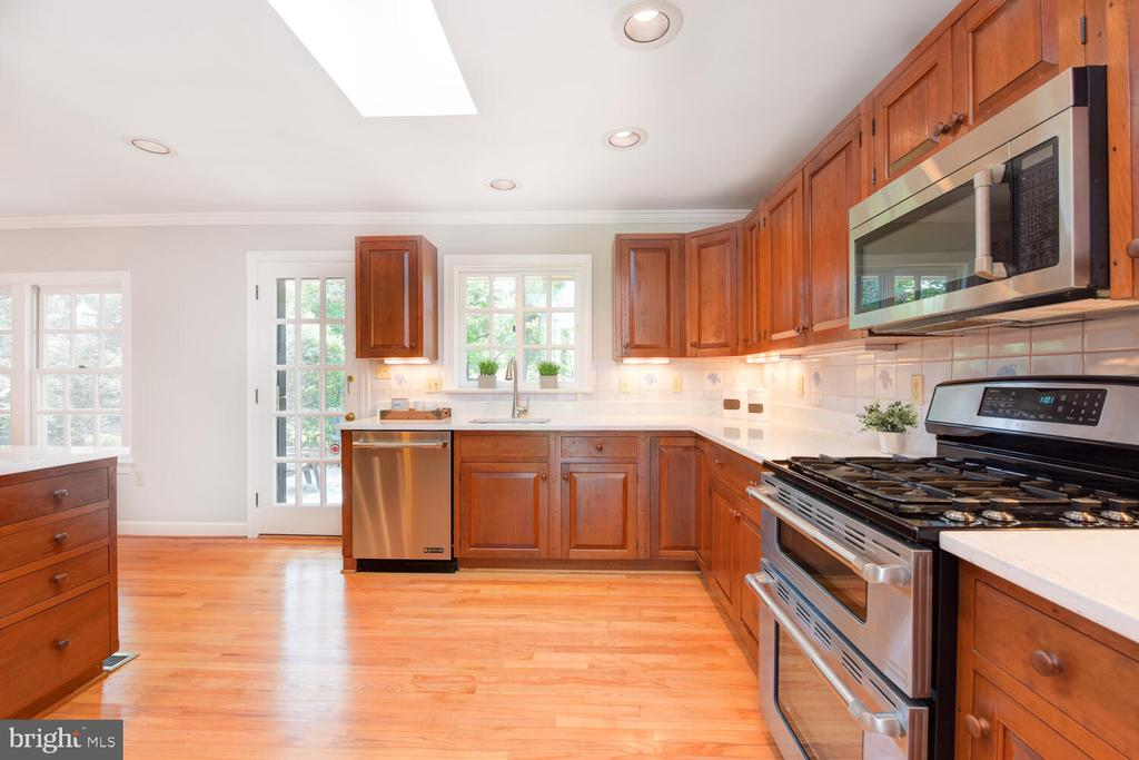 Updated kitchen with quartz counters - 2305 WINDSOR RD, ALEXANDRIA
