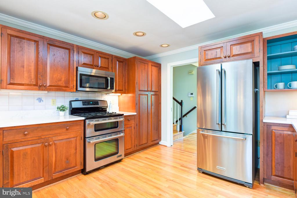 Updated kitchen with stainless appliances - 2305 WINDSOR RD, ALEXANDRIA