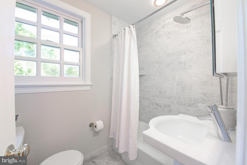 Renovated full bath - 2305 WINDSOR RD, ALEXANDRIA