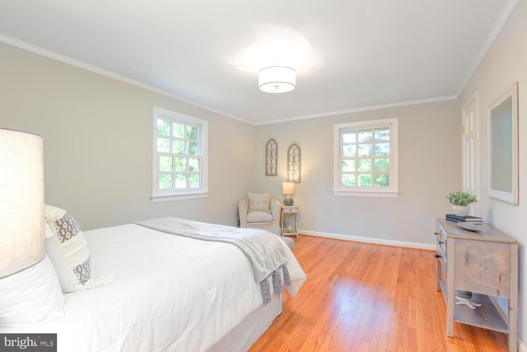 Light and airy  owner's   bedroom - 2305 WINDSOR RD, ALEXANDRIA