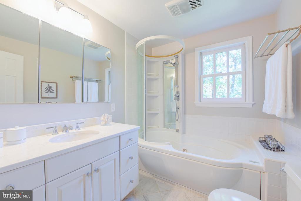 Renovated owner's bath - 2305 WINDSOR RD, ALEXANDRIA