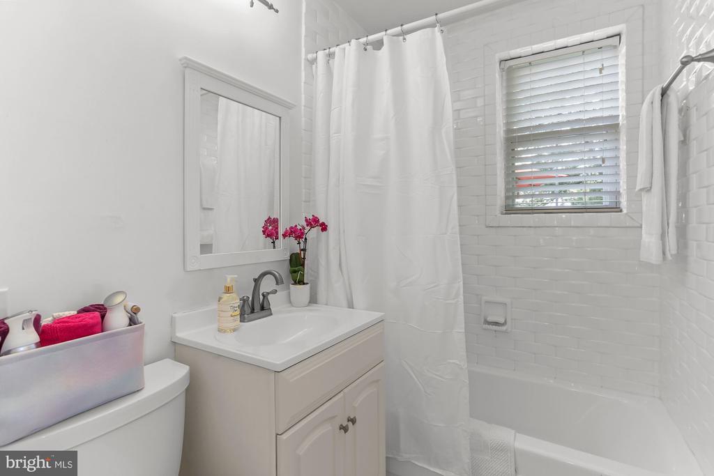 All White Full Bath - 2621 S WALTER REED DR #D, ARLINGTON