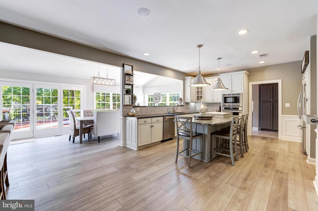 Open concept kitchen and morning room - 19598 SARATOGA SPRINGS PL, ASHBURN