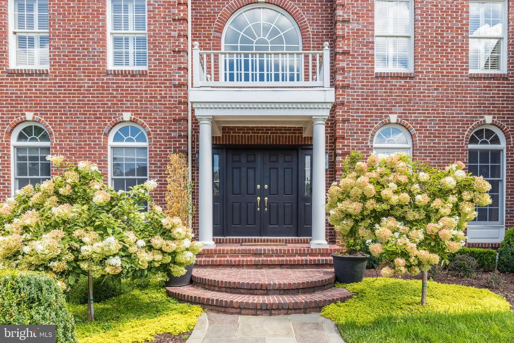 Mature landscaping & covered front entry - 19598 SARATOGA SPRINGS PL, ASHBURN