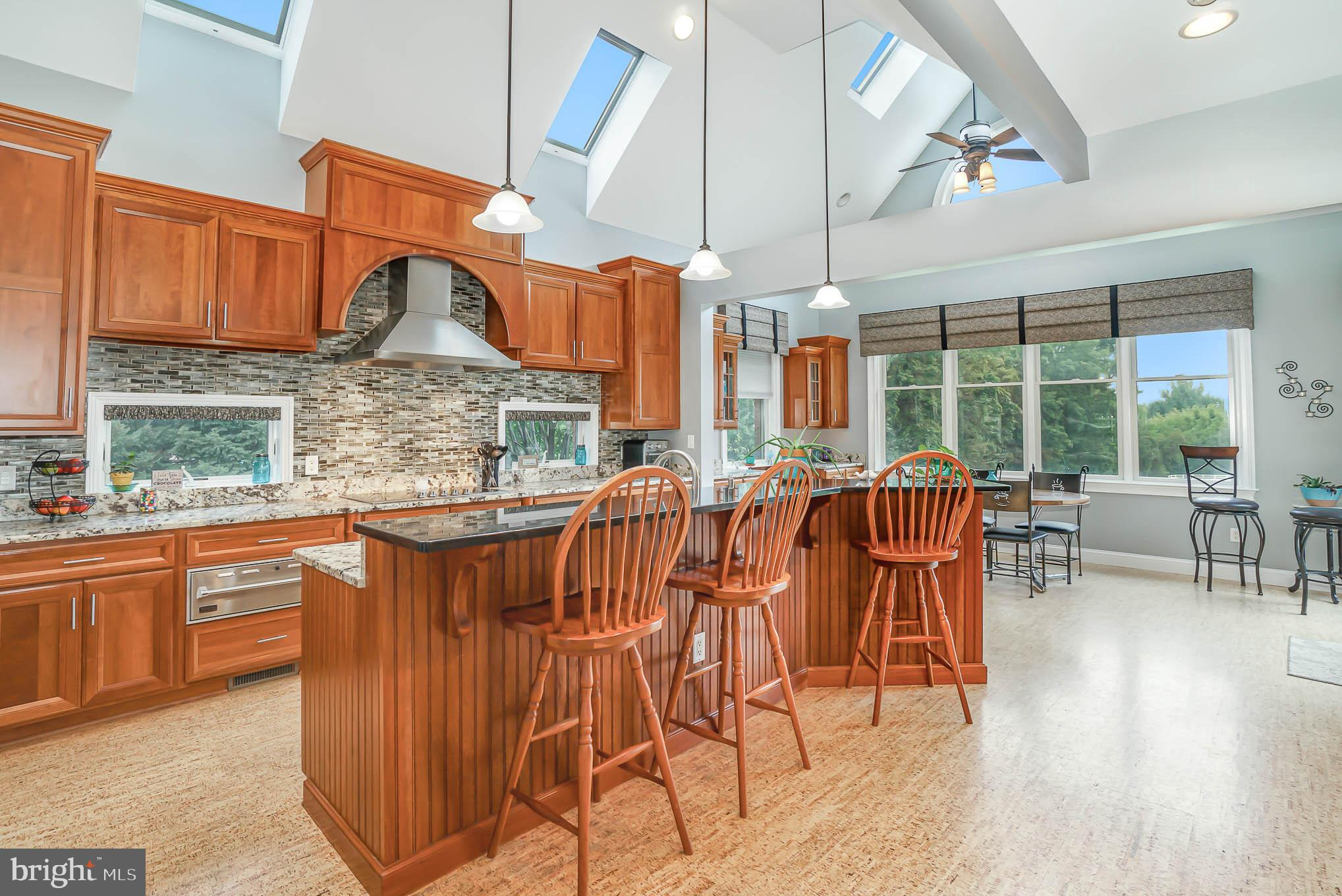Large Kitchen w/ upgraded appliances & countertops