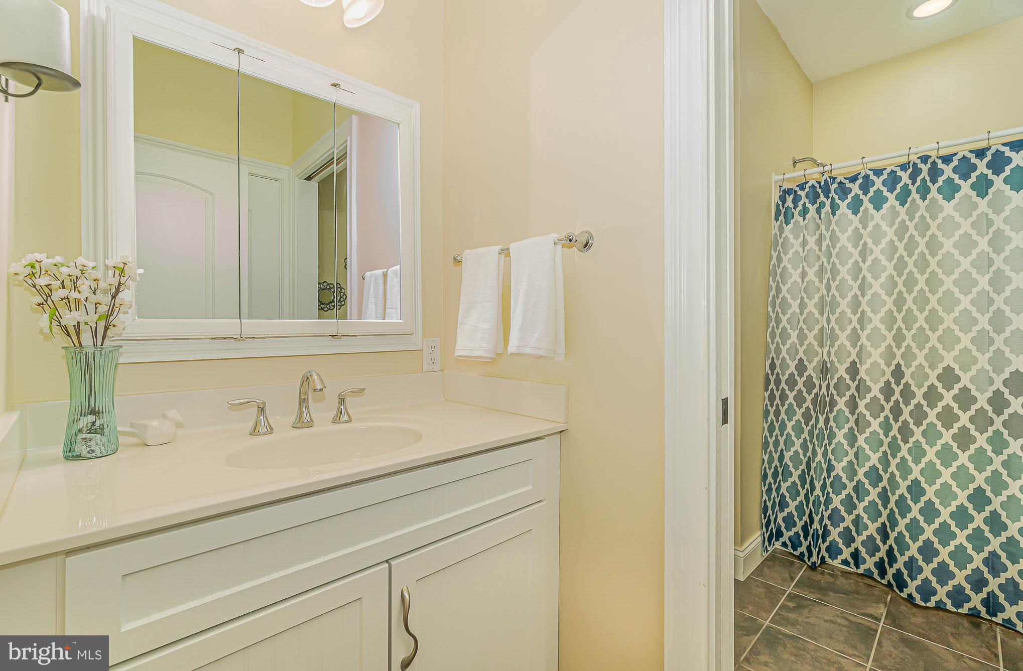 LL -Full bath conveniently located for pool guests
