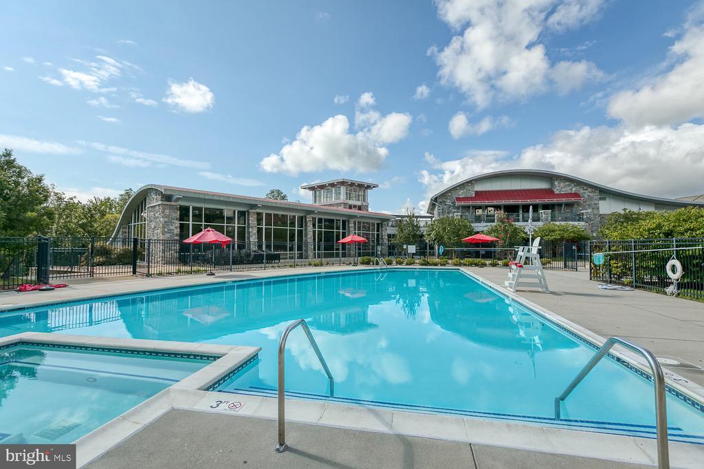 What a gorgeous pool to enjoy! - 2285 MERSEYSIDE DR, WOODBRIDGE
