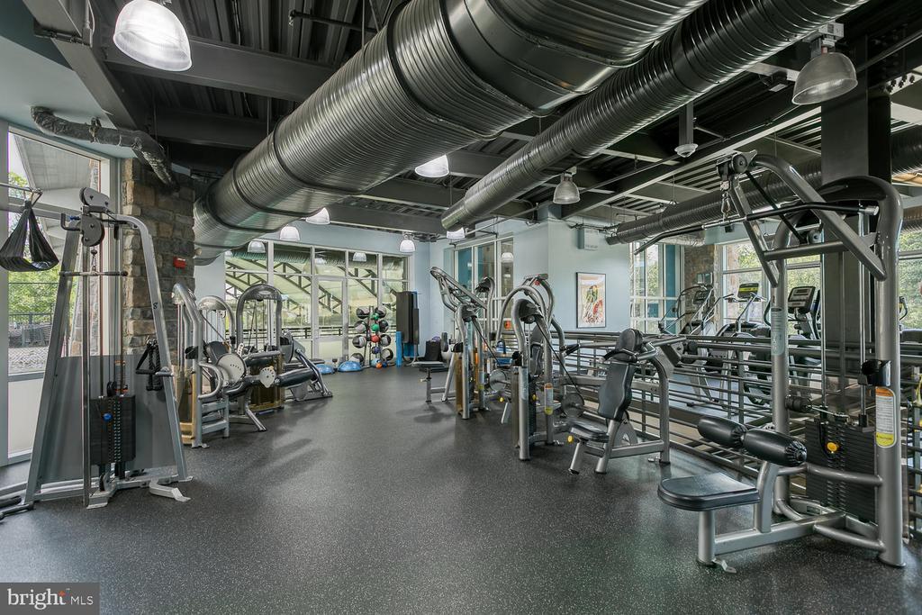 Fitness center with wide range of equipment - 2285 MERSEYSIDE DR, WOODBRIDGE