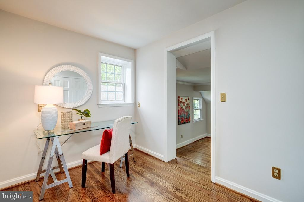 The 2nd level boasts 3 additional bedrooms - 6112 WOODMONT RD, ALEXANDRIA