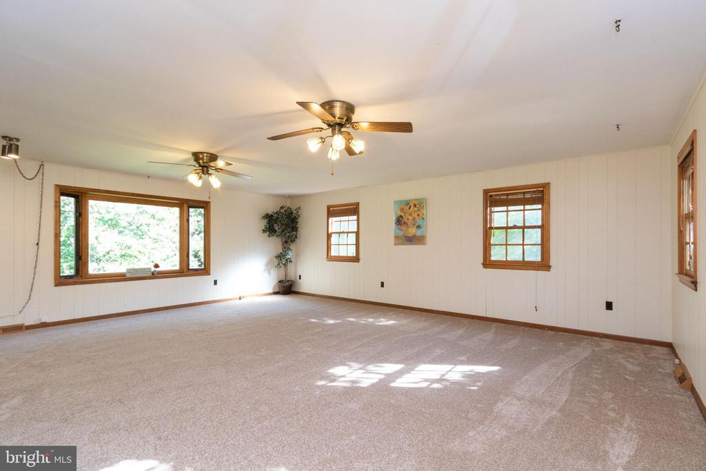 Large, open family room with 2 ceiling fans - 3208 SHOREVIEW RD, TRIANGLE