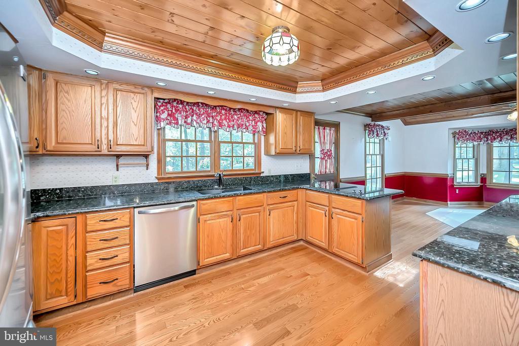 Kitchen with hard wood floors - 9704 PAMELA CT, SPOTSYLVANIA