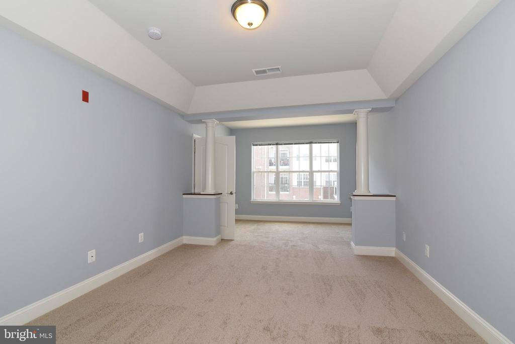 Large Master Bedroom with sitting area near window - 9200 CHARLESTON DR #201, MANASSAS