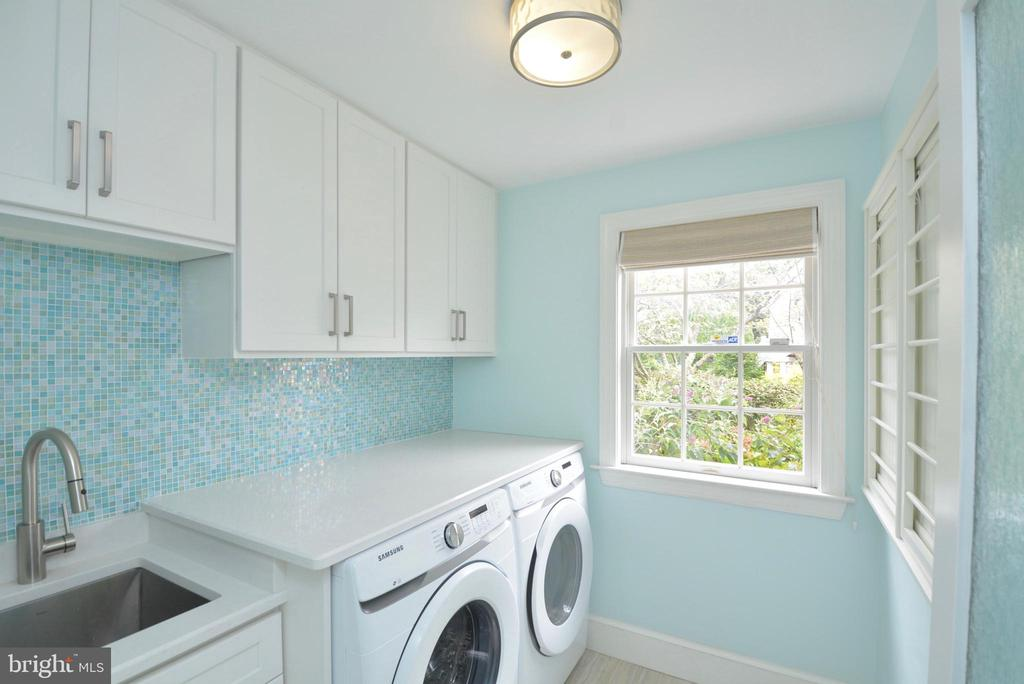 MAIN LEVEL LAUNDRY ROOM WITH NEW WASHER/DRYER - 10203 BRITTENFORD DR, VIENNA