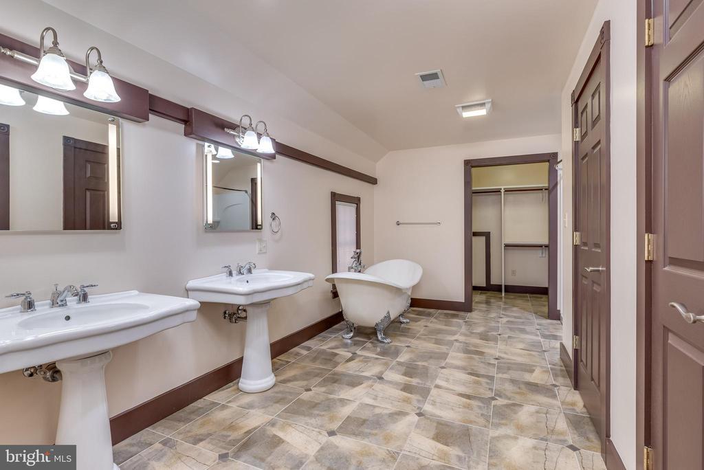 2nd floor owner's bath - 331 HIGH ST, SHEPHERDSTOWN