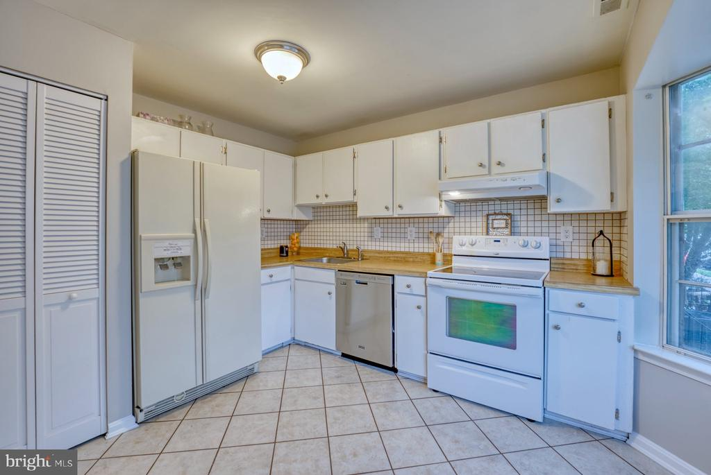 ample counter space - 4120 PLACID LAKE CT #66E, CHANTILLY