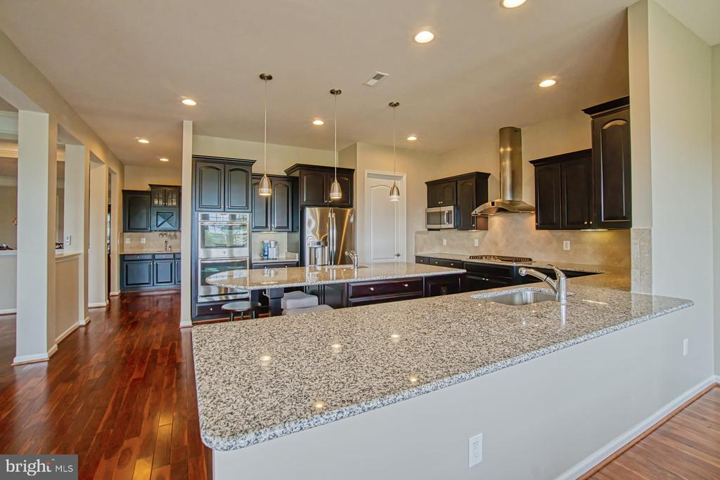 Lots of counter space - 16604 FOX CHASE CT, LEESBURG