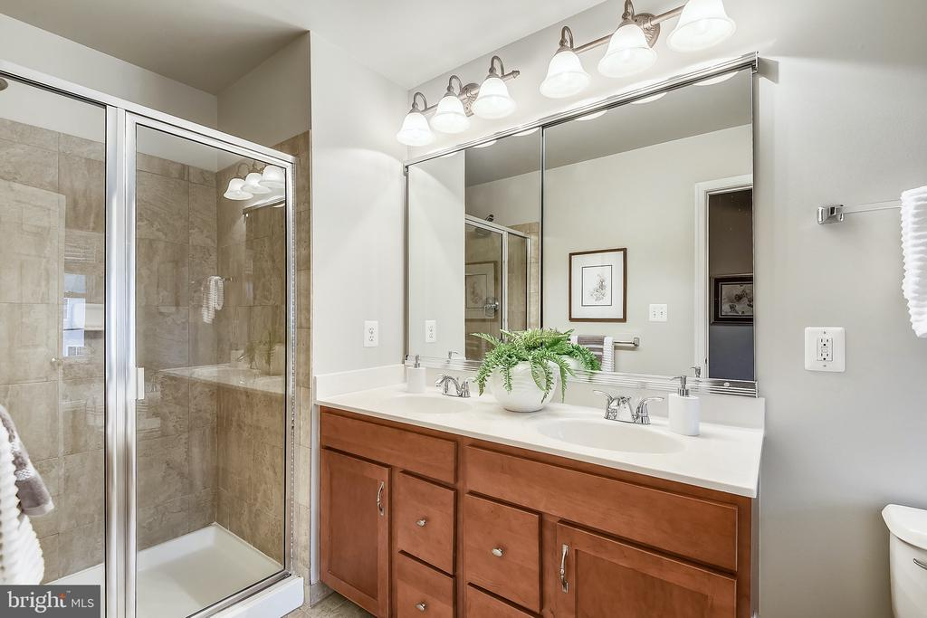 Primary bathroom - dual sinks - 25146 DRILLFIELD, CHANTILLY