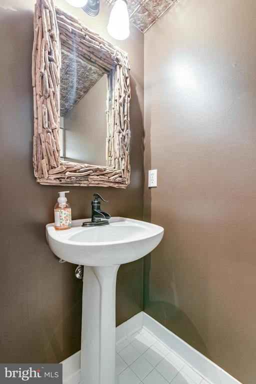 Convenient half bath at the base of the stairs - 3162 GROVEHURST PL, ALEXANDRIA