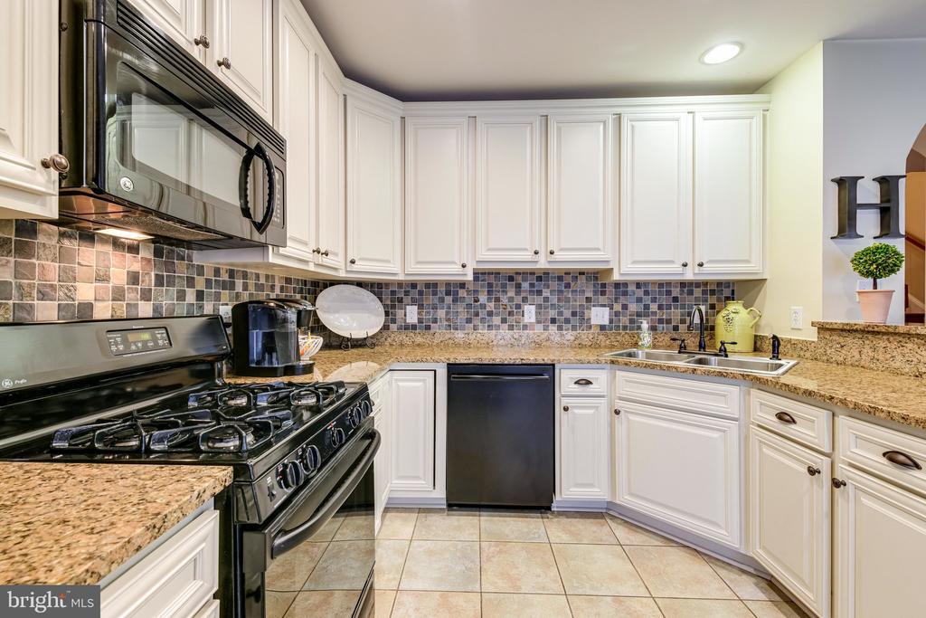 Updated cabinets, gas range, granite countertops! - 3162 GROVEHURST PL, ALEXANDRIA