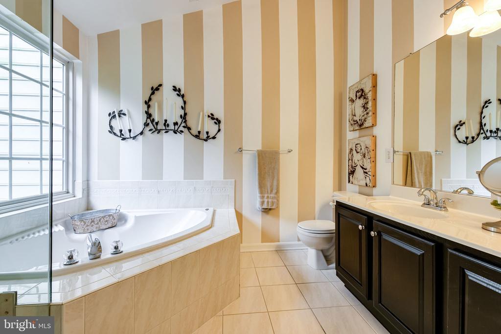Corner garden soaking tub, dual sink vanities - 3162 GROVEHURST PL, ALEXANDRIA