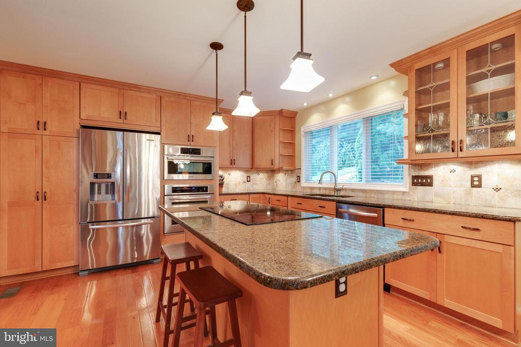 Island with cooktop - 15697 THISTLE CT, DUMFRIES