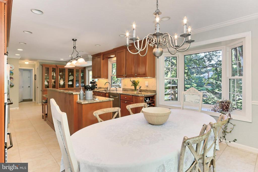 Stunning kitchen renovation by Cameo Kitchens - 9637 LINCOLNWOOD DR, BURKE