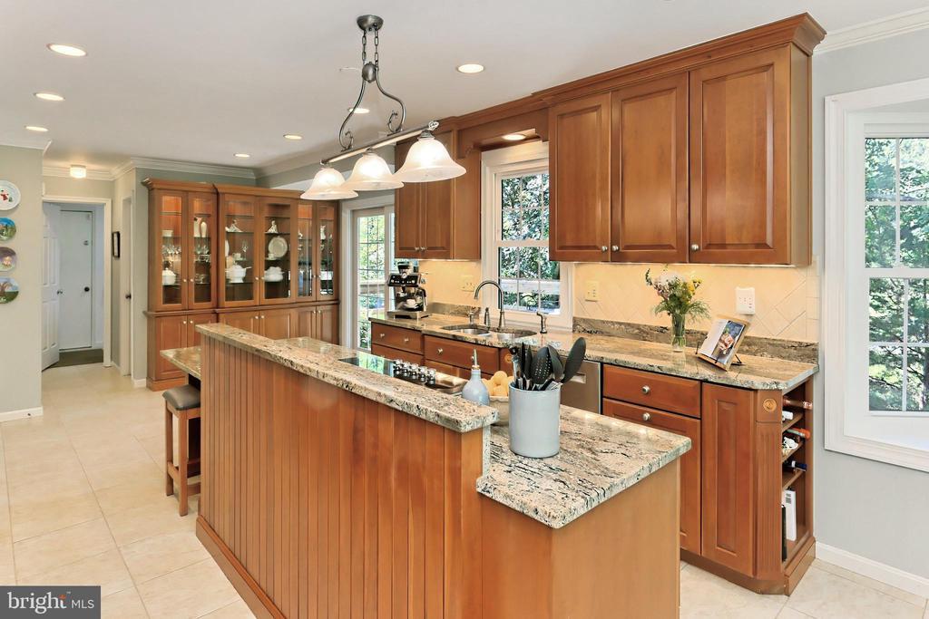 Incredible custom cabinets & granite counters - 9637 LINCOLNWOOD DR, BURKE