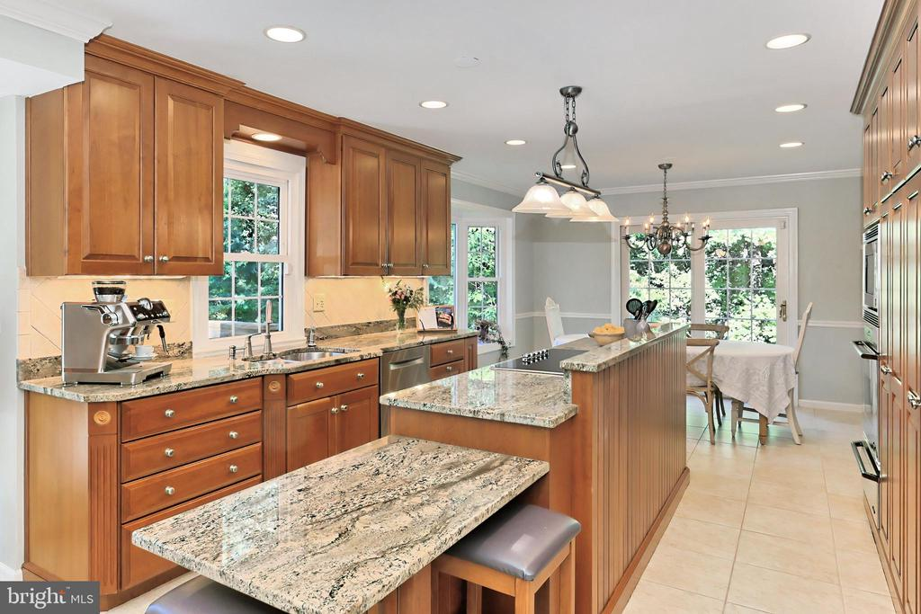Island extension perfect for seating or serving - 9637 LINCOLNWOOD DR, BURKE