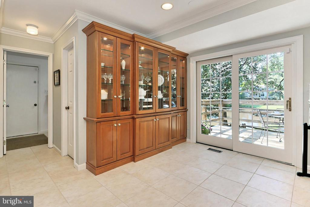 Breakfast nook with display cabinets - 9637 LINCOLNWOOD DR, BURKE