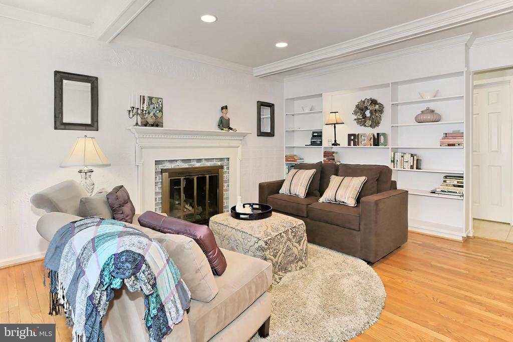 Family room or library?  You make it your own! - 9637 LINCOLNWOOD DR, BURKE