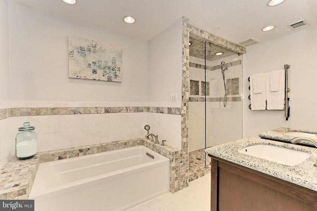 Relax in the soaking tub or... - 9637 LINCOLNWOOD DR, BURKE