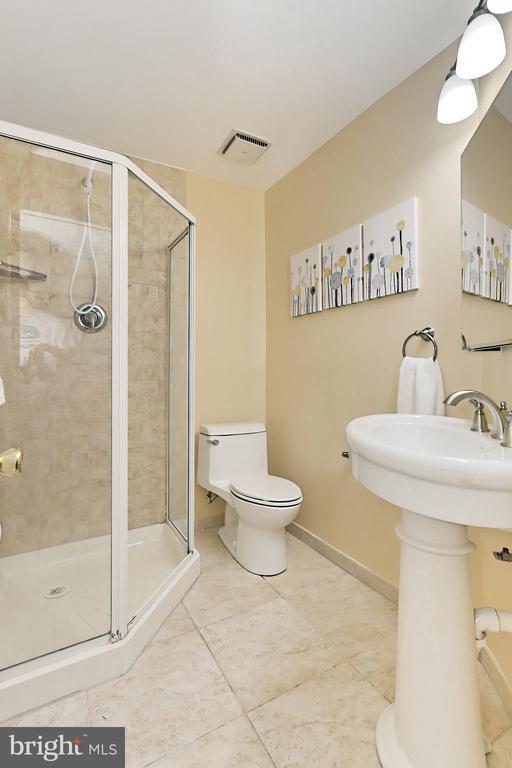 Lower level full bath - 9637 LINCOLNWOOD DR, BURKE