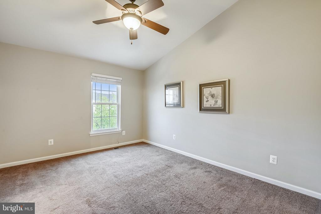 Primary bedroom w/ vaulted ceilings - 25146 DRILLFIELD, CHANTILLY