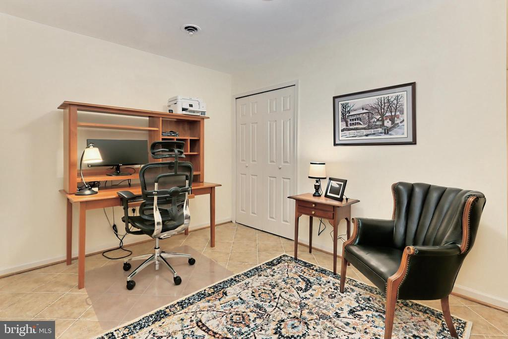 Separate bonus room perfect for an office - 9637 LINCOLNWOOD DR, BURKE