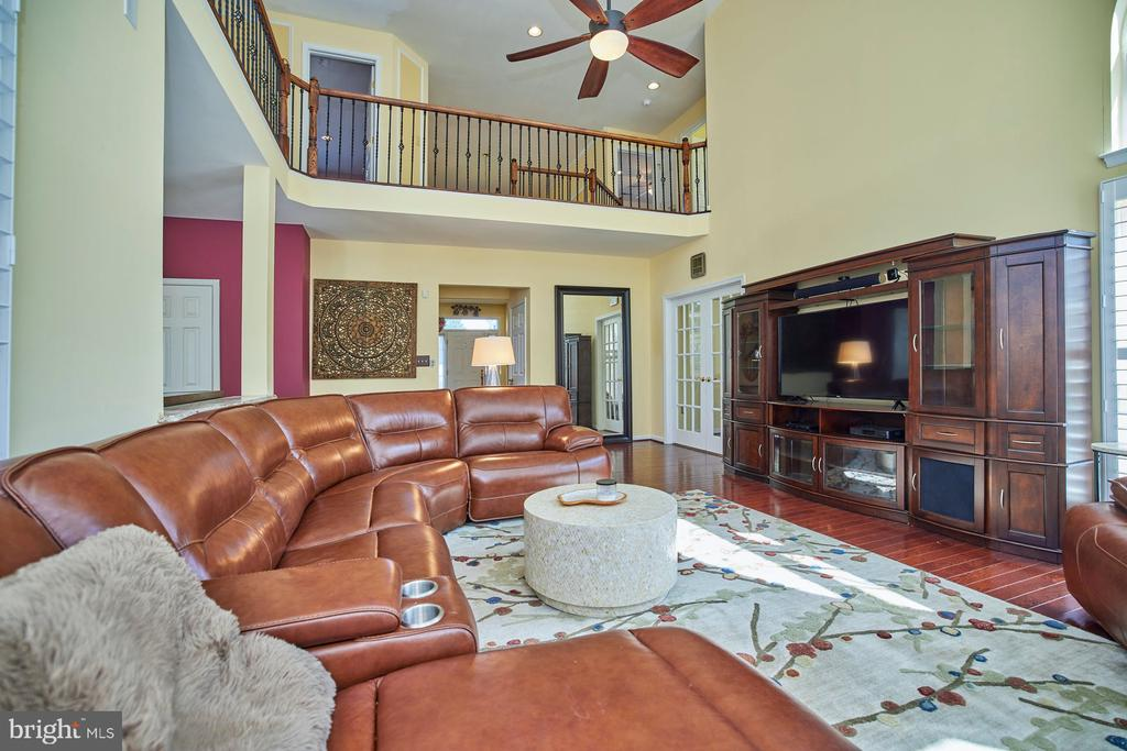 Two Story Family Room with Lighted Ceiling Fan - 9032 PADDINGTON CT, BRISTOW