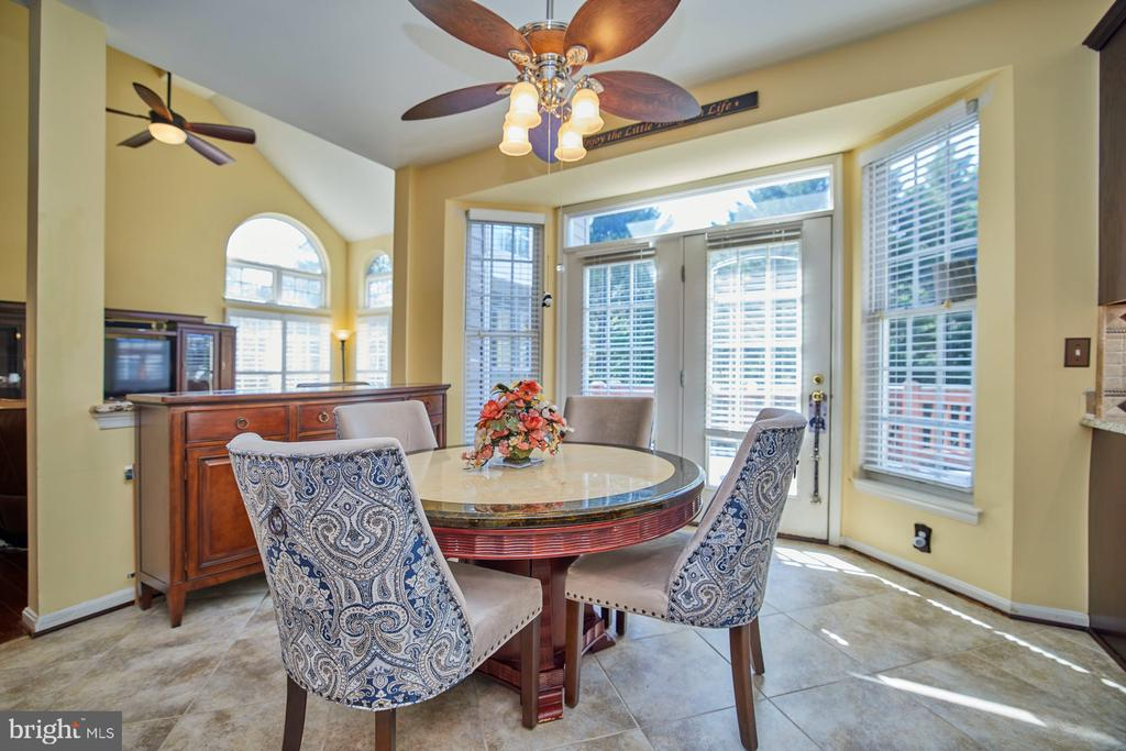 Kitchen Breakfast Area with Lighted Ceiling Fan - 9032 PADDINGTON CT, BRISTOW