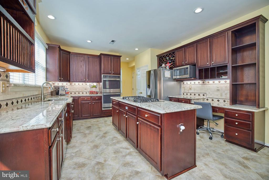 Island with Cooktop and Two Ovens - 9032 PADDINGTON CT, BRISTOW