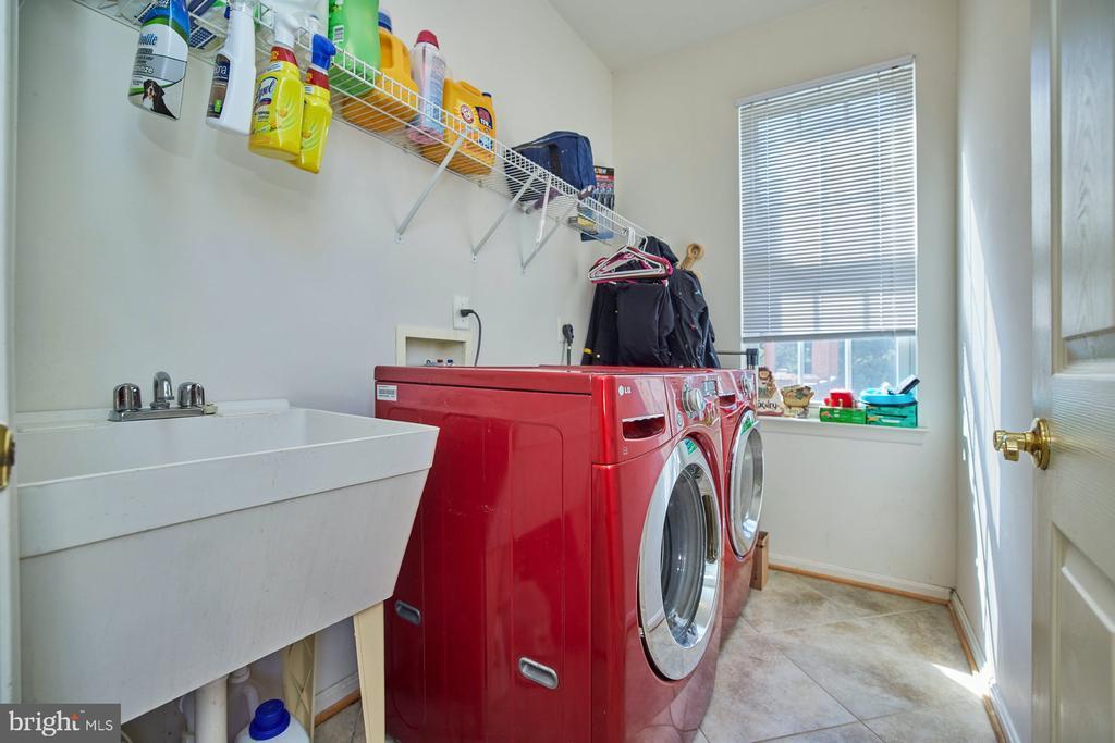 Large Laundry Area with Sink - 9032 PADDINGTON CT, BRISTOW