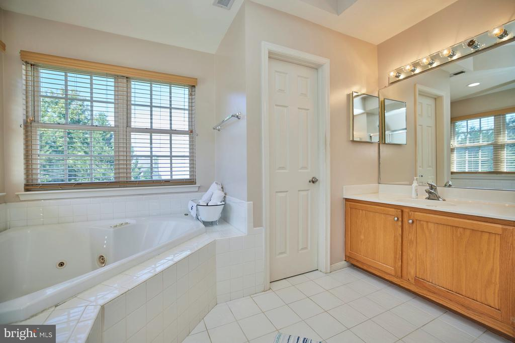 Two Sink, Water Closet and Shower - 9032 PADDINGTON CT, BRISTOW